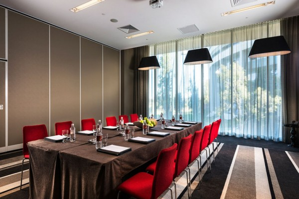 fraser-suites-perth-hotel-conference-room-natural-light